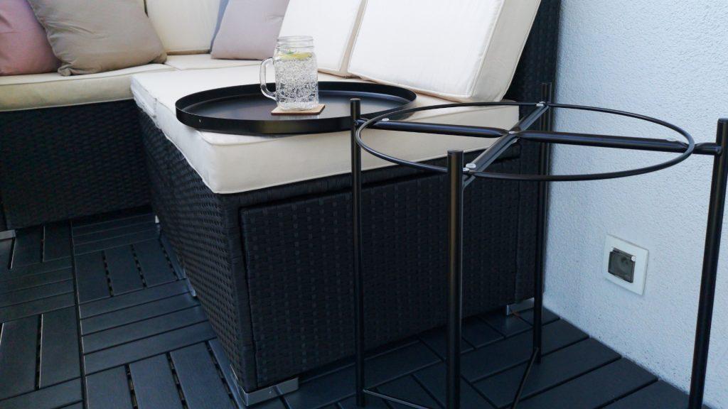 czarny stolik z przenośną tacą